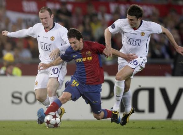 Rooney y Carrick intentando robar la pelota a Messi